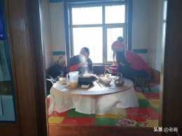 冬訪雞西朝鮮屯找吃的,發現一家辣鍋,炕桌一放,上炕吃魚喝米酒