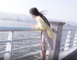 鞠婧禕海邊喂海鷗被抓拍,背影纖瘦嬌柔,看清腿圍身高:沒搞錯?